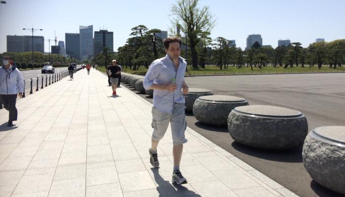 えっ、Yシャツのまま走るの!? 彼はショーケース・ティービーのフランス人デザイナー。Yシャツで走り、用意した着替えもYシャツという徹底ぶり。未だかつてYシャツで走るランナーを見たことはない。そして本人曰く、走りにくくはないらしい。 ここは皇居周りの東京駅側の道。幅が広くてキレイな絶景ポイントではあるのだが、見晴らしは良いばかりに結構先まで道が見えるので、心が折れるポイントでもある。 ちなみに10m後方にいる黒いウェアのランナーが、ジョギング部部長の私、さむらいです