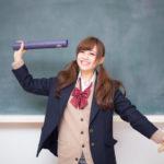 卒業証書を手に喜ぶ女子高生