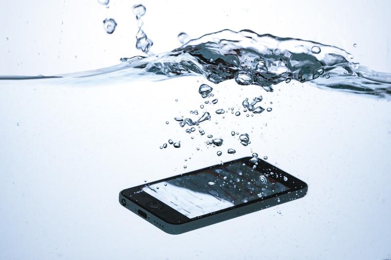 スマホ・携帯が水没した時の修理の流れと直ぐにやるべき4つの対応