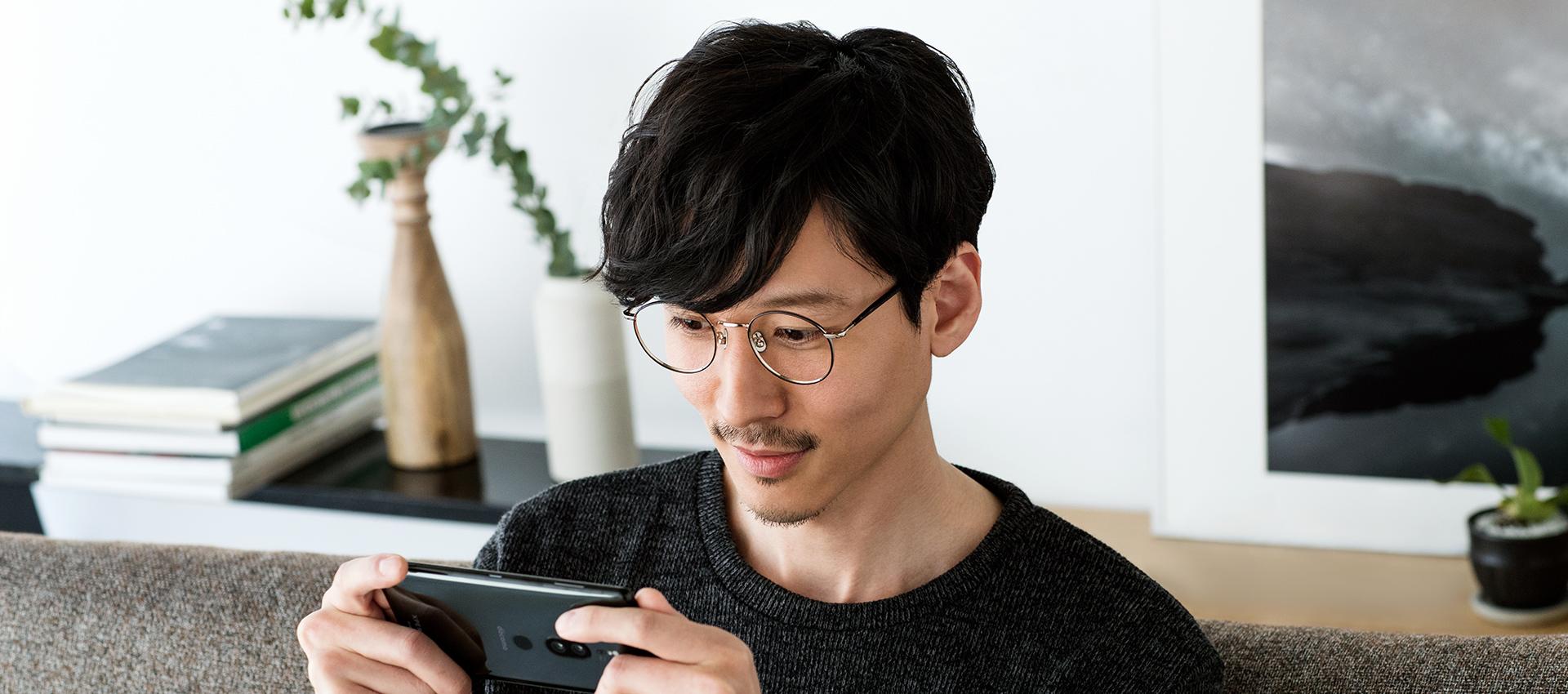 Xperia XZ2 Premiumを横画面で見る男性