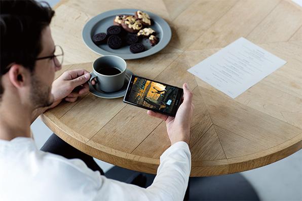 カフェでXperia XZ2 Premiumを見る