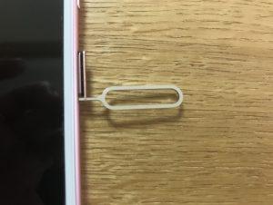 SIMトレイの穴にピンを差し込む