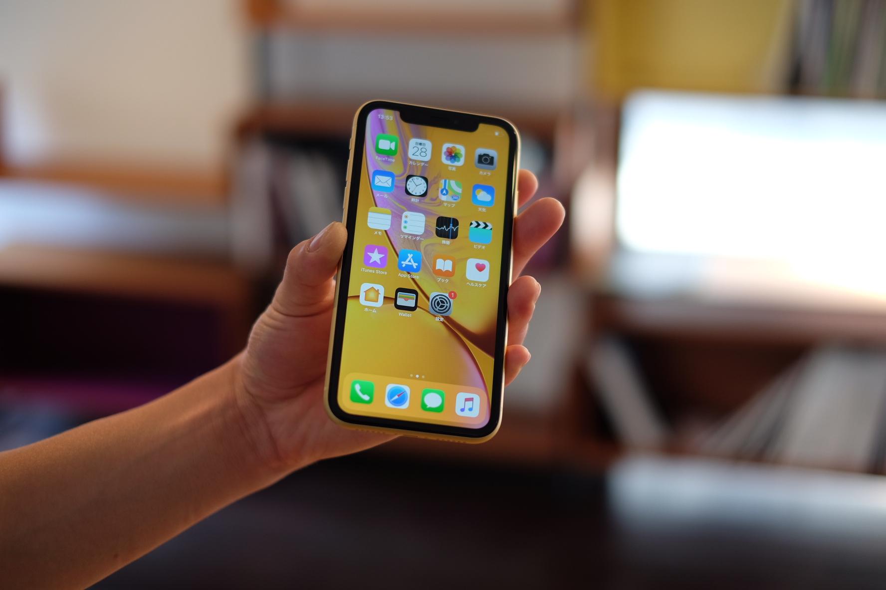 手に持ったiPhone XR