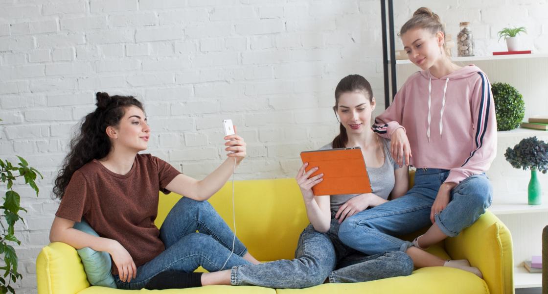 20代前半は小学生から携帯を持っていた!?当時の流行りやSNS事情