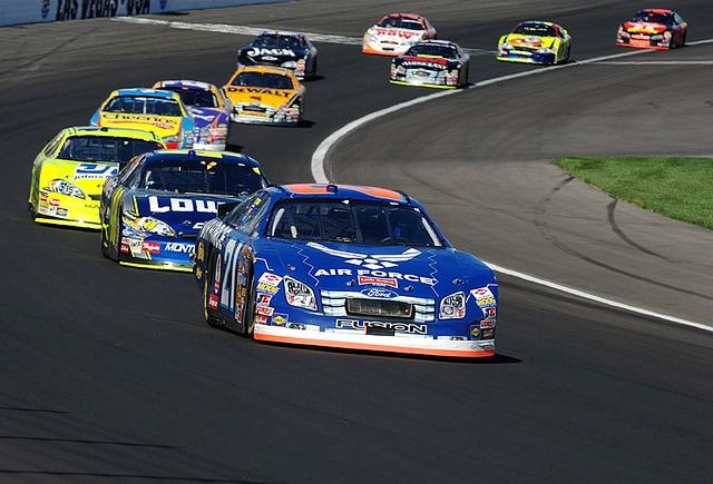 auto-racing-583032_640