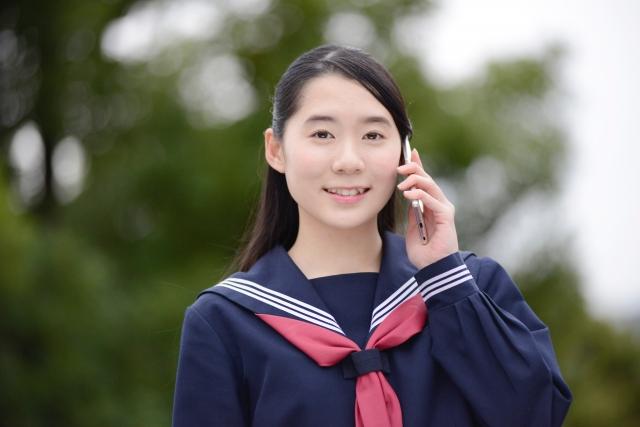 電話する女子中学生