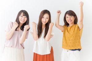 よろこぶ女性3人