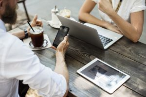 パソコンとタブレットとスマホを使うビジネスマン