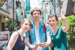 地図アプリを利用する外国人