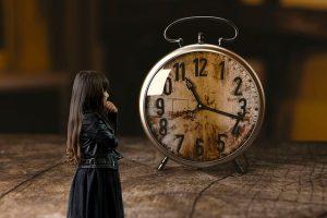 時間を気にする少女