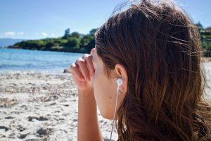 イヤホンで音楽を愉しむ女性