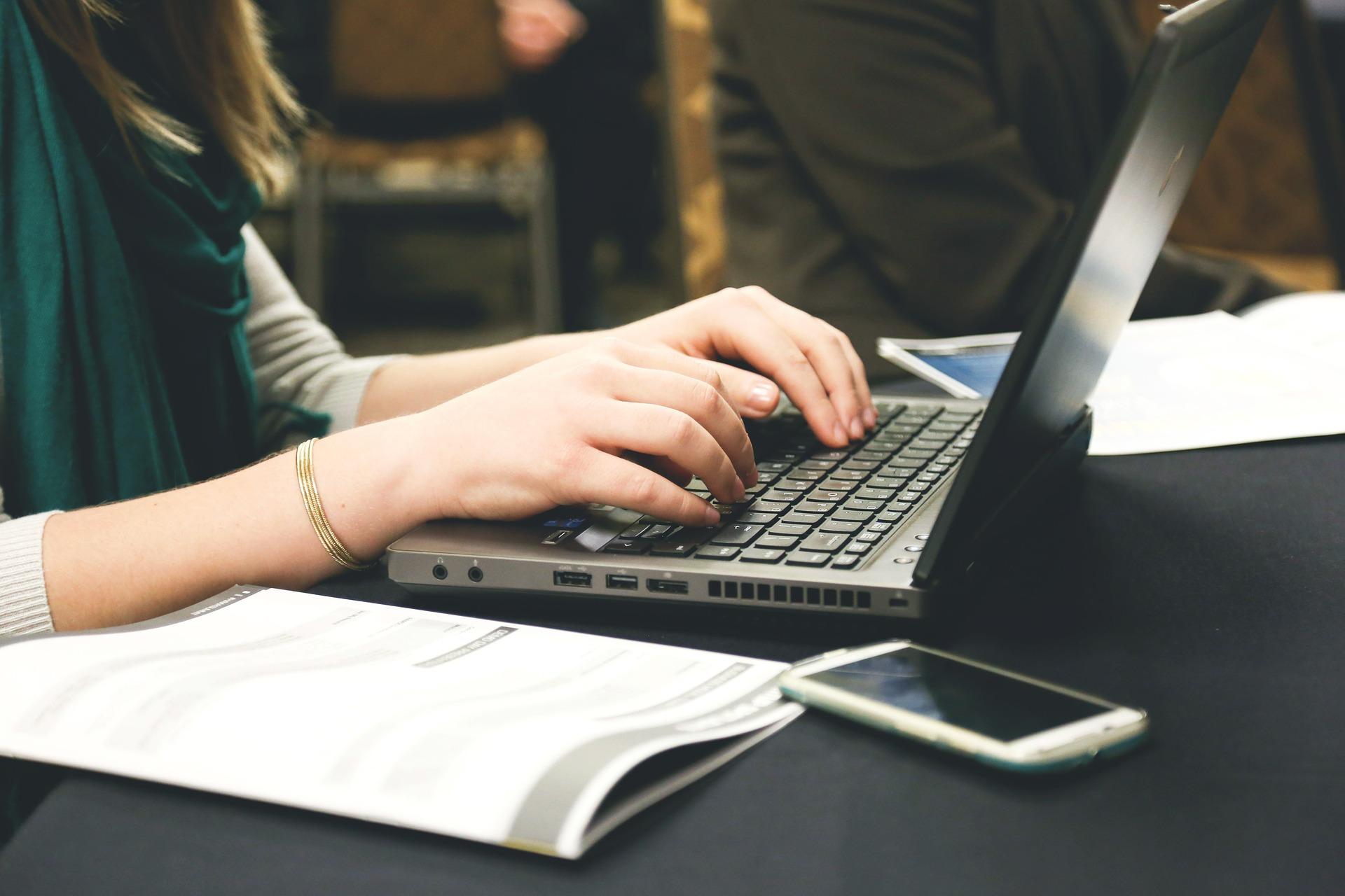 大学でノートパソコンを利用する学生