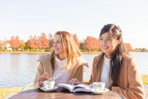 外国人と会話を楽しむ