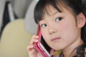 スマホで電話をする女の子