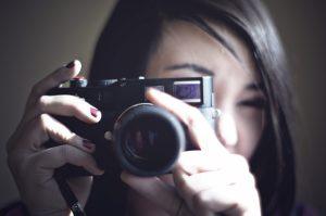 カメラ撮影をする女性