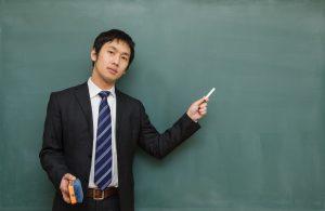 黒板を使って説明する男性