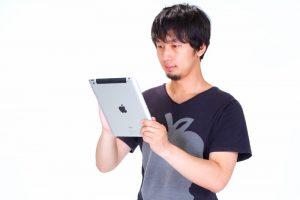 iPadを操作する男性