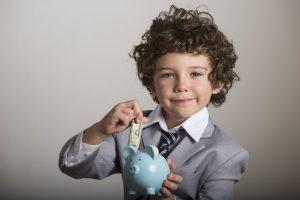 お金を貯める少年