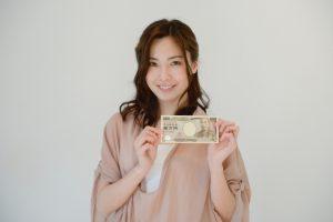 1万円を手にする女性