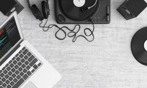 パソコンとレコードプレイヤー