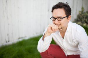 眼鏡をかける男性
