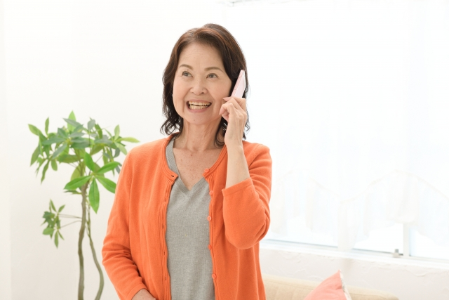 電話をするシニア世代