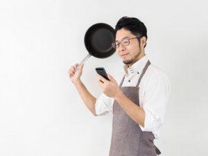 料理レシピを検索する男性