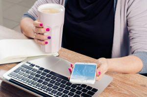 スマホとパソコンを使い分ける女性
