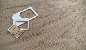 SIMカードとトレイ