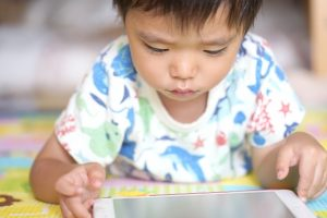 タブレットで遊ぶ子供