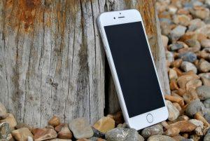 立てかけてあるiPhone