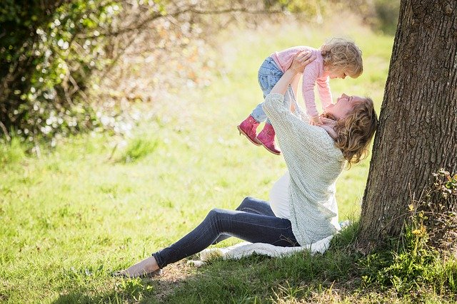 ドコモを抱っこする母親