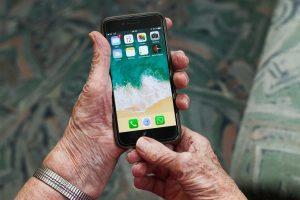 iphoneを持つ男性の手