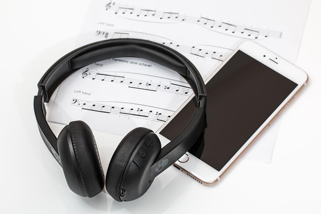iPhoneとヘッドフォン