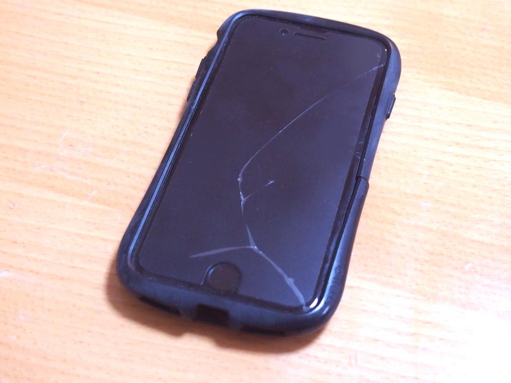 画面割れしたiPhone