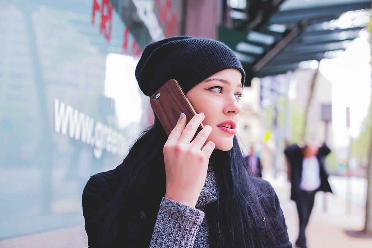 スマホを耳に当てる女性