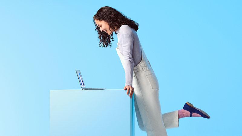 Windows 11を待つ女性