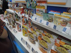 まるでスーパーの陳列棚かのような非常食の数々。パッと見た限りでは普通のレトルト食品のようです